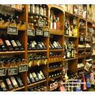 Tovino, la délicatesse - boutique: la paroi à vin en bois belle et pratique.
